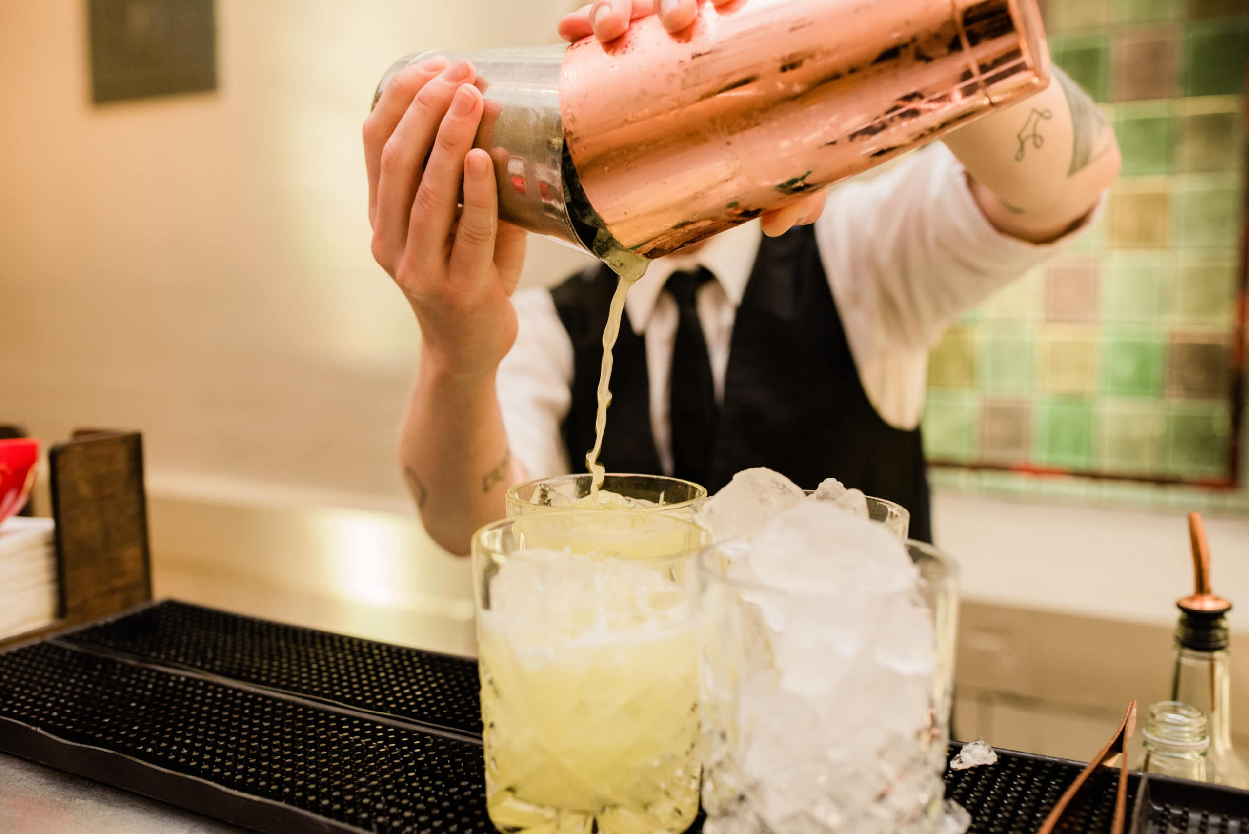 Cocktail-bartender-pouring